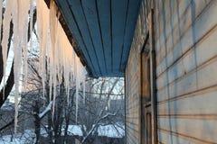 在冬天屋顶冰的都市风景 库存照片