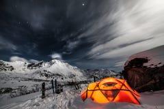 在冬天山中的帐篷 库存图片