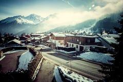 在冬天山和意想不到的瑞士山中的牧人小屋的日落 库存照片