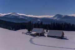 在冬天山的两间客舱 库存照片