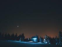 在冬天山的小屋 在山的越野足迹 库存照片