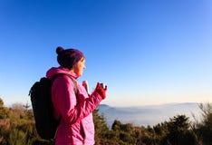 在冬天山的少妇旅行 库存图片