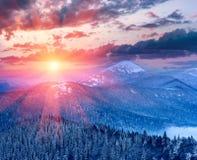 在冬天山的庄严风景在日出 库存照片