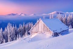 在冬天山的日出日落 免版税库存图片