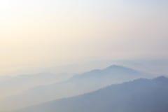 在冬天山的日出,有薄雾的梦想的风景 库存图片