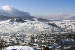 在冬天山的日出 日出在喀尔巴阡山脉, U 库存图片