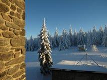 在冬天山的晴天 免版税库存照片