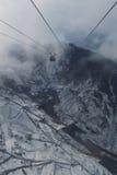 在冬天山的浓雾风景缆车鸟瞰图 库存图片