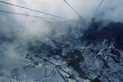 在冬天山的浓雾风景缆车鸟瞰图 免版税库存照片