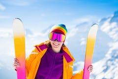 在冬天山的滑雪和雪乐趣 免版税库存图片