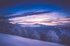 在冬天山的美好的日出 被过滤的im 免版税图库摄影