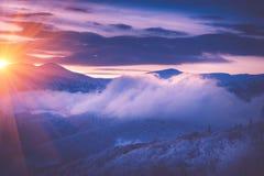 在冬天山的美好的日出 被过滤的im 免版税库存照片
