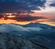 在冬天山的美好的风景在日出 免版税库存照片