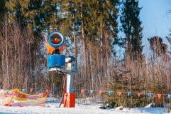 在冬天山的雪大炮 免版税库存图片