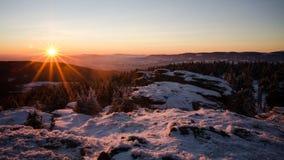 在冬天岩石的日落 库存照片