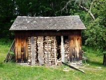 在冬天库存的土气堆木材的棚 免版税库存照片