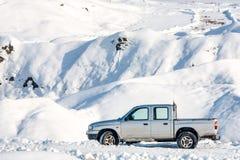 在冬天情景的汽车 免版税库存图片