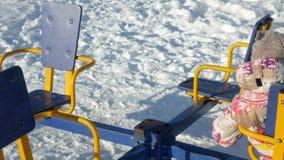 在冬天摇摆的公园女孩