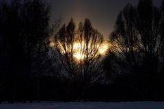 在冬天攀登的日落,日落在冬天公园 免版税图库摄影