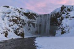 在冬天日出的Skogafoss瀑布,冰岛 免版税库存照片