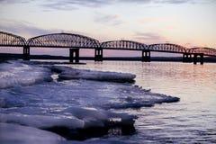 在冬天日落前的桥梁 免版税库存照片