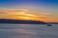 在冬天日落的小船在西雅图江边 免版税库存图片