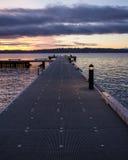 在冬天日落的码头 免版税库存图片