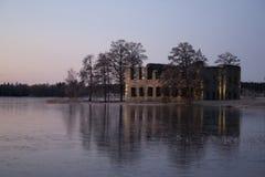 在冬天日落,瑞典的老城堡废墟 库存图片