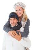 在冬天时尚拥抱的愉快的夫妇 免版税库存图片