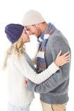 在冬天时尚拥抱的有吸引力的夫妇 库存照片