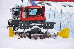 在冬天服务车的除雪机 免版税库存照片