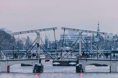 在冬天期间的运河桥梁在阿姆斯特丹 免版税库存照片