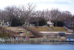 在冬天期间,一个湖镇的房子照片  图库摄影