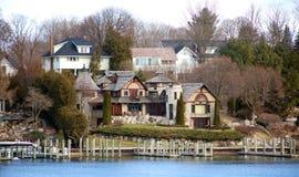 在冬天期间,一个湖镇的房子照片  免版税库存图片