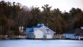 在冬天期间,一个湖镇的房子照片  库存图片