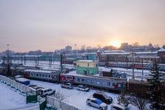 在冬天期间,一个火车站在Ikutsk镇在俄罗斯 免版税库存照片