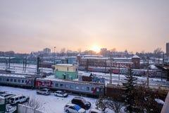 在冬天期间,一个火车站在Ikutsk镇在俄罗斯 库存图片