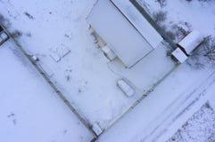 在冬天期间,一个郊区房子的屋顶的空中寄生虫图象 库存图片