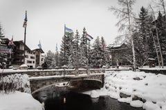 在冬天期间,一座积雪的桥梁在Vail,科罗拉多 免版税图库摄影