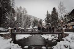 在冬天期间,一座积雪的桥梁在Vail,科罗拉多 库存照片