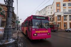 在冬天期间,一辆电车在Ikutsk镇在俄罗斯 免版税图库摄影