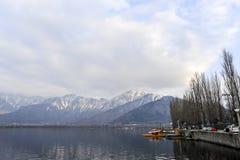 在冬天期间,与一条小船的一个美好的风景在Dal湖克什米尔,印度 免版税图库摄影