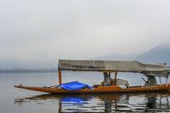 在冬天期间,叫` shikara `的一条美丽的小船在Dal湖克什米尔,印度使用了 免版税库存图片