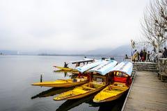 在冬天期间,叫` shikara `的一条美丽的小船在Dal湖克什米尔,印度使用了 库存照片