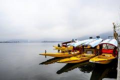 在冬天期间,叫` shikara `的一条美丽的小船在Dal湖克什米尔,印度使用了 库存图片