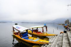 在冬天期间,叫` shikara `的一条美丽的小船在Dal湖克什米尔,印度使用了 免版税库存照片