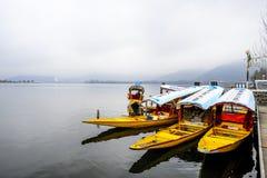 在冬天期间,叫` shikara `的一条美丽的小船在Dal湖克什米尔,印度使用了 图库摄影