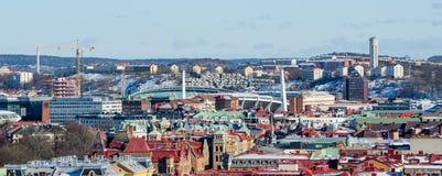 在冬天期间,哥特人-在城市` s五颜六色的屋顶的看法有普遍的Ullevi体育场的 库存照片