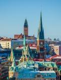 在冬天期间,在哥特人五颜六色的教会和屋顶的看法  免版税库存图片