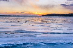 在冬天期间,在日内瓦湖的日落视图 库存照片